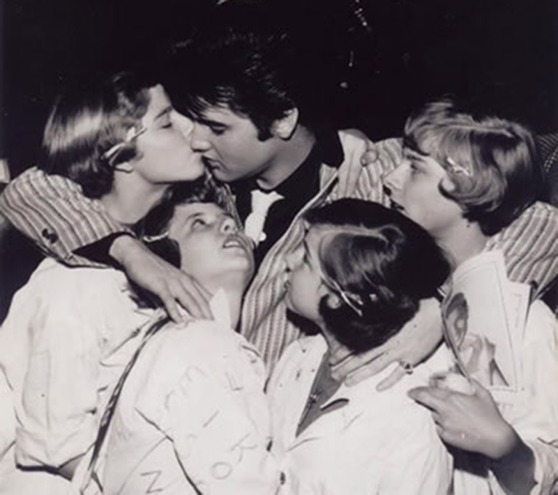 1957_march_st_louis_elvis_with_fans_408