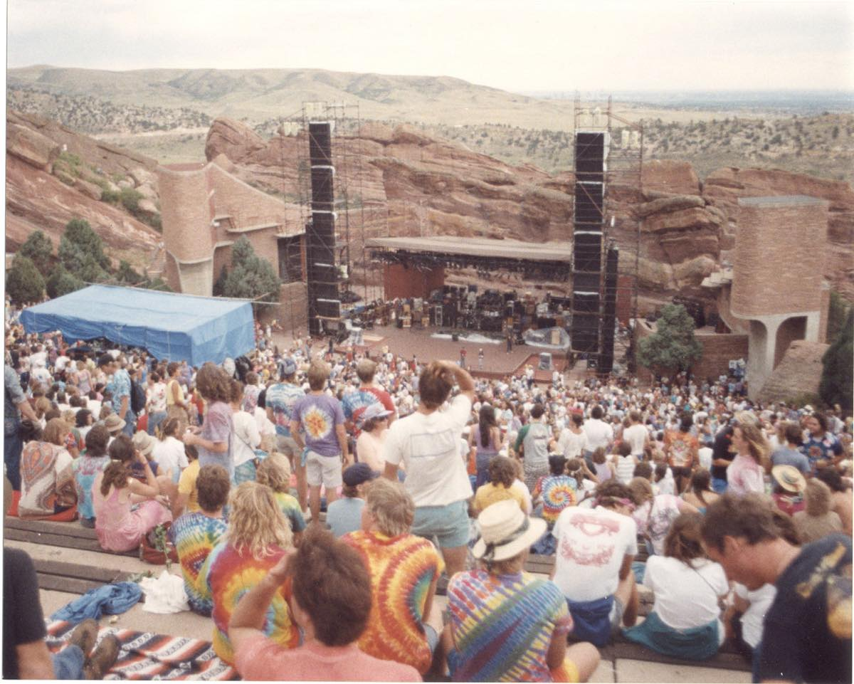 Red_Rocks_Amphitheater_with_deadheads_waiting_to_start_taken_8-11-1987